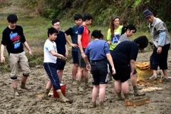 聘请中国老农传授泥砖制作技巧-吕建伟摄